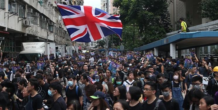 عکس، ادامه اعتراضات در هنگ کنگ این بار با پرچم انگلیس و آمریکا