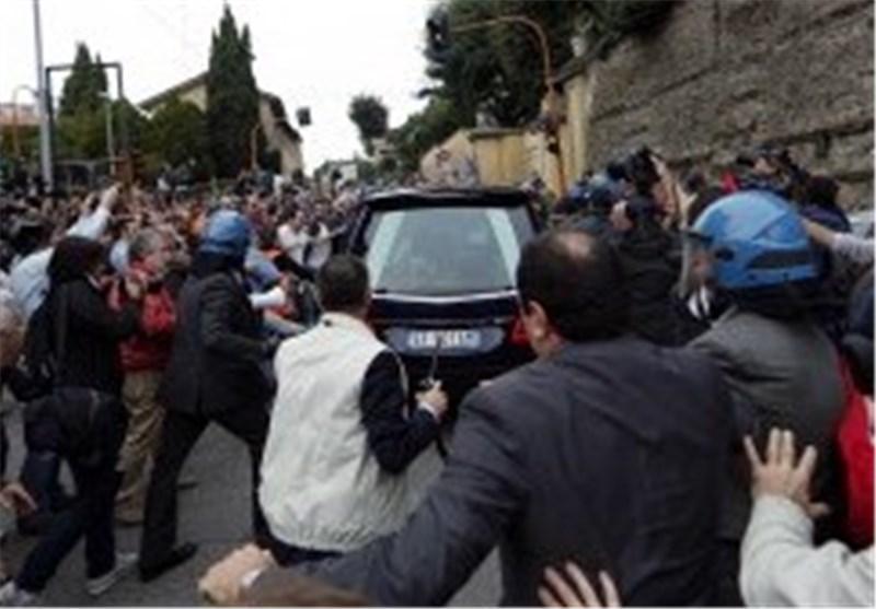 شلیک گاز اشک آور در جریان تظاهرات ضد دولتی در ایتالیا