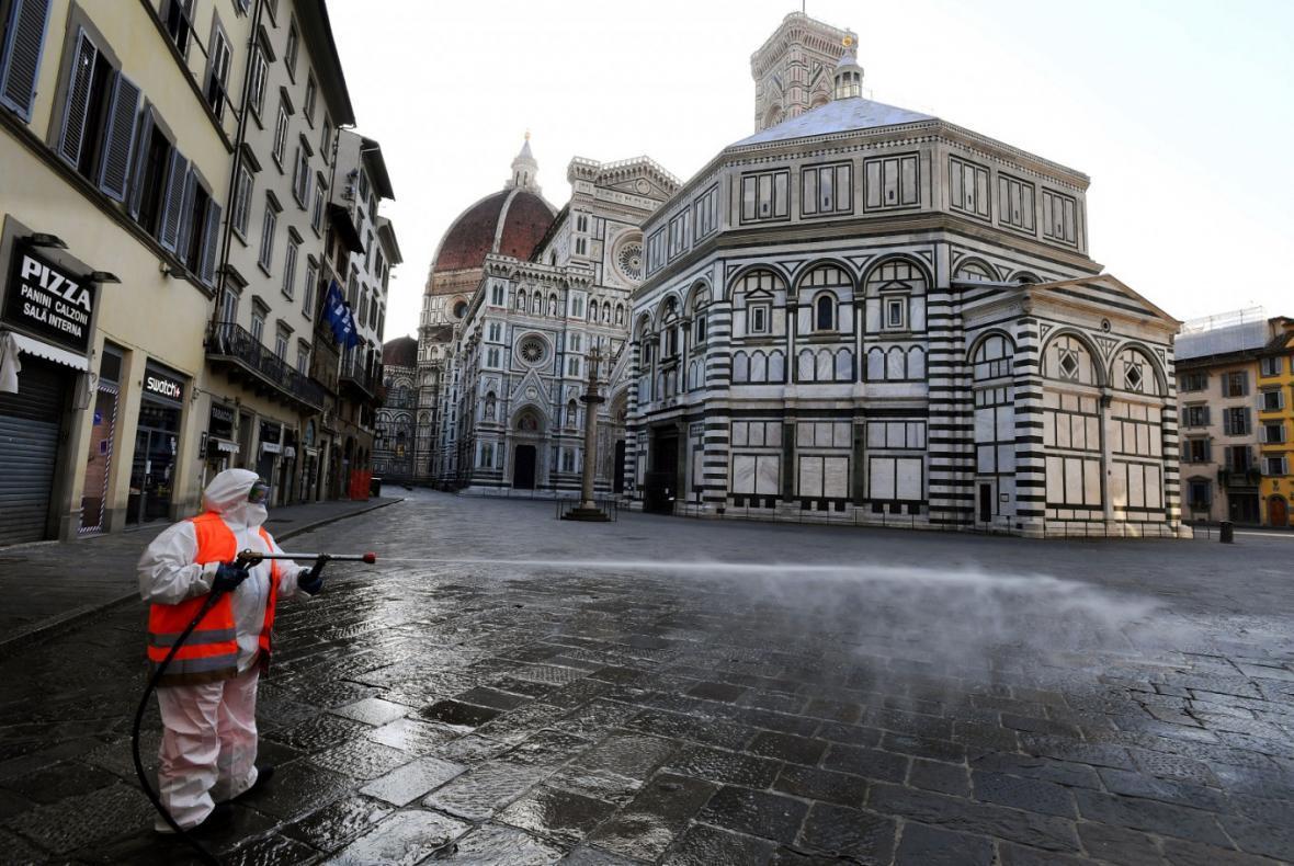 کلیسای جامع ایتالیا به بازدیدکنندگان گردنبند فاصله گذار می دهد